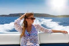 La mujer rubia disfruta de un paseo del barco en un día soleado fotos de archivo libres de regalías
