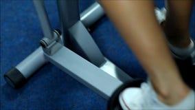La mujer rubia en el gimnasio de pasos almacen de metraje de vídeo