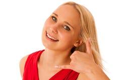 La mujer rubia en gestos rojos de la camisa me llama aislado sobre blanco Fotos de archivo libres de regalías