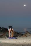 La mujer rubia en las medias del modelo que realizan el tendón de la corva estira en la noche Foto de archivo libre de regalías
