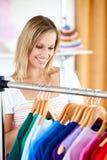 La mujer rubia está haciendo compras imagen de archivo