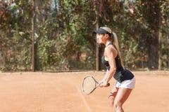 La mujer rubia está jugando al tenis al aire libre Jugador de tenis en la acción Imagen horizontal Foto de archivo libre de regalías