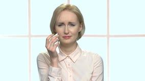 La mujer rubia hermosa de la oficina está llorando almacen de video