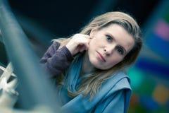 La mujer rubia hermosa se sienta en café Fotos de archivo
