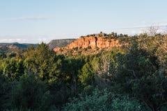 La mujer rubia joven admira la naturaleza hermosa de Sedona, Arizona, los E.E.U.U. Imágenes de archivo libres de regalías