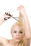 La mujer rubia joven cortó su pelo fotos de archivo