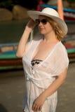 La mujer rubia joven en bikini y la playa visten la choza que lleva Imágenes de archivo libres de regalías