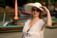 La mujer rubia joven en bikini y la playa visten la choza que lleva Fotografía de archivo libre de regalías