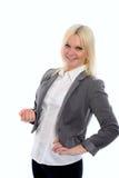 La mujer rubia joven en chaqueta gris está sonriendo Foto de archivo libre de regalías