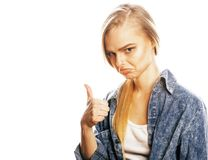 La mujer rubia joven en el gesto blanco del backgroung manosea con los dedos para arriba, aislante Fotografía de archivo