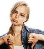La mujer rubia joven en el gesto blanco del backgroung manosea con los dedos para arriba, aislante Imagen de archivo libre de regalías