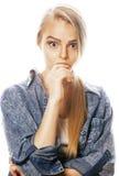 La mujer rubia joven en el gesto blanco del backgroung manosea con los dedos para arriba, aislante Foto de archivo libre de regalías