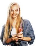 La mujer rubia joven en el gesto blanco del backgroung manosea con los dedos para arriba, aislante Imágenes de archivo libres de regalías