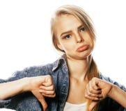La mujer rubia joven en el gesto blanco del backgroung manosea con los dedos para arriba, aislante Imagen de archivo