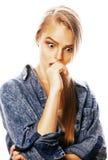 La mujer rubia joven en el gesto blanco del backgroung manosea con los dedos para arriba, aislante Imagenes de archivo