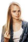 La mujer rubia joven en el gesto blanco del backgroung manosea con los dedos para arriba, aislante Fotos de archivo libres de regalías