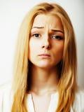La mujer rubia joven en el gesto blanco del backgroung manosea con los dedos para arriba, aislante Fotos de archivo