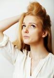 La mujer rubia joven en el gesto blanco del backgroung manosea con los dedos para arriba, aislante Foto de archivo