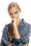 La mujer rubia joven en el gesto blanco del backgroung manosea con los dedos para arriba, cierre de presentación emocional aislad Fotos de archivo libres de regalías
