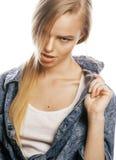 La mujer rubia joven en el gesto blanco del backgroung manosea con los dedos para arriba, cierre de presentación emocional para a Imagen de archivo libre de regalías