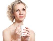 La mujer rubia joven está bebiendo té Fotografía de archivo libre de regalías