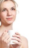 La mujer rubia joven está bebiendo té Fotos de archivo libres de regalías