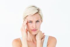 La mujer rubia que sufre de dolor de cabeza y el cuello duelen Imagenes de archivo