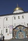 La mujer ruega delante de la iglesia ortodoxa Fotos de archivo