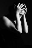 La mujer ruega en un fondo negro Imagen de archivo