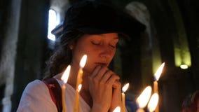 La mujer ruega en una iglesia ortodoxa vieja almacen de metraje de vídeo