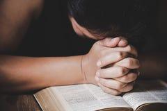 La mujer ruega para dios que la bendici?n a desear tiene una mejor vida manos de la mujer que ruegan a dios con fotos de archivo libres de regalías