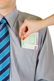 La mujer saca el dinero del bolsillo Foto de archivo libre de regalías