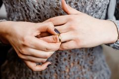 La mujer saca un anillo de compromiso, conflicto de la familia imagenes de archivo