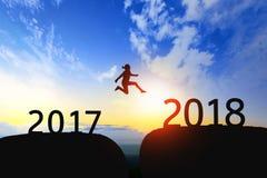 La mujer salta con el hueco entre 2017 a 2018 en puesta del sol Fotografía de archivo