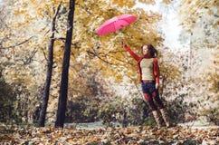 La mujer salta con el paraguas Fotografía de archivo
