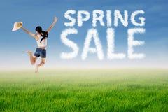 La mujer salta con la nube de la venta de la primavera Foto de archivo libre de regalías