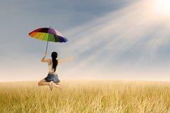 La mujer salta en el campo del arroz Imagenes de archivo