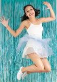 La mujer salta para la alegría Muchacha adolescente con el traje del bailarín para el Ca Foto de archivo libre de regalías