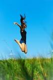 La mujer salta para arriba Fotos de archivo