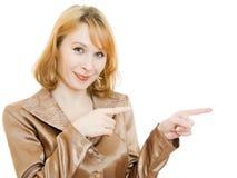 La mujer señala un dedo en la dirección Imagen de archivo libre de regalías