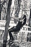 La mujer se aferra en un árbol. Foto blanco y negro Foto de archivo libre de regalías
