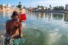La mujer se baña en el lago sagrado Foto de archivo libre de regalías