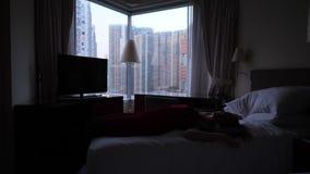 La mujer se cae abajo en cama acogedora suave metrajes