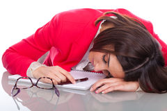 La mujer se cae dormido en el escritorio Imágenes de archivo libres de regalías