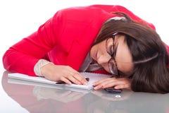 La mujer se cae dormido en el escritorio Imagenes de archivo