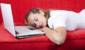 La mujer se cae dormido mientras que trabaja fotografía de archivo libre de regalías