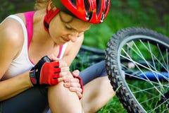 La mujer se cayó de la bici de montaña Imágenes de archivo libres de regalías