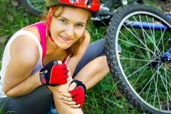 La mujer se cayó de la bici de montaña fotos de archivo