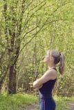 La mujer se coloca en el bosque enojado, trastornado y triste imagenes de archivo