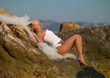 La mujer se coloca en el mar Imagenes de archivo